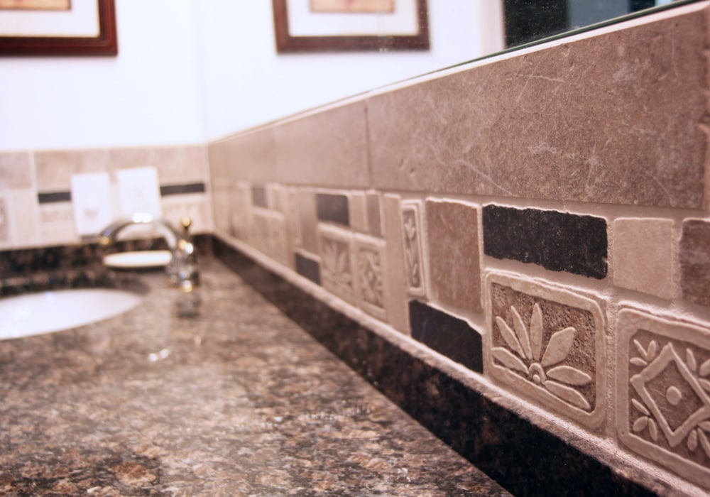 stone-tile-bathroom-backsplash